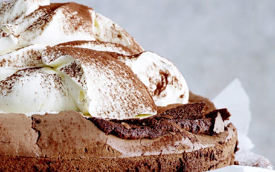 Bloemloze chocoladetaart met slagroom